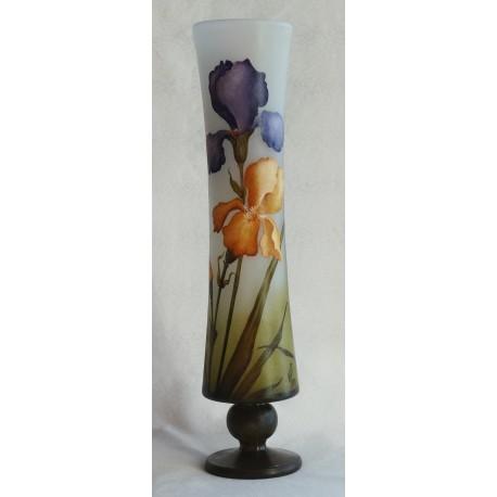 Vase avec pied, décor iris