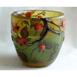 Vase décorative en rélief avec baies sauvages