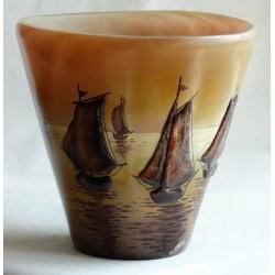 Vase décoratif bateaux en relief