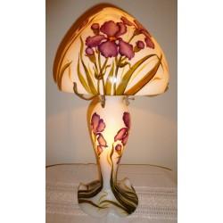 Lampe décorative, fond blanc avec iris rouge-grenat